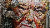 من أغلفة الحلوى وفوارغ الرصاص.. فنانان يصنعان لوحة لرئيس أوكرانيا