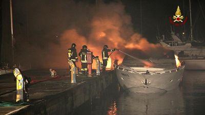 Bruciate imbarcazioni sul lago d'Iseo
