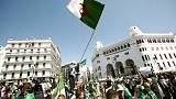 أحد زعماء احتجاجات الجزائر يتعهد باستمرار المظاهرات رغم قرار بوتفليقة التنحي