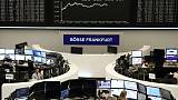 الأسهم الأوروبية تتراجع بعد صعود قوي وسط تركيز على الدمج والتجارة