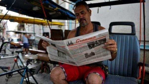 Un Cubain lit le journal cubain Granma à La Havane, le 5 avril 2019