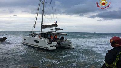 Catamarano si incaglia vicino a riva
