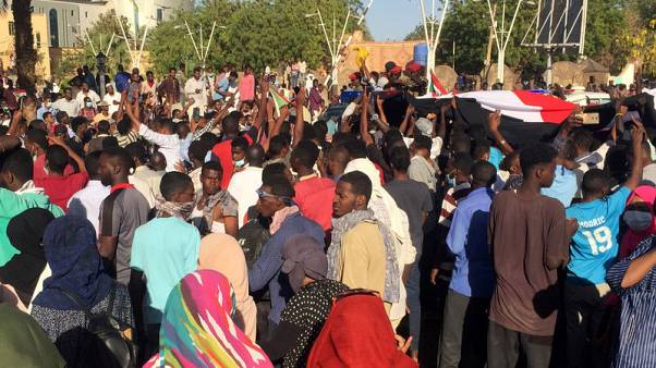 شهود: جنود سودانيون يتدخلون لحماية متظاهرين من قوات الأمن