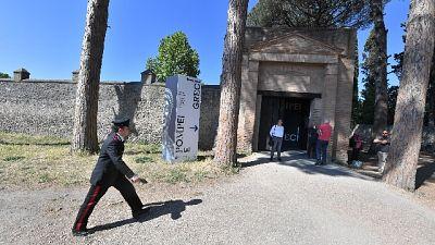 Scavi Pompei, turista ruba pezzi mosaico