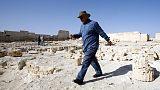 مصر تكشف النقاب عن مومياء عمرها 2500 عام في جبانة منسية