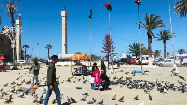 Des Libyens sur la Place des Martyrs à Tripoli, le 6 avril 2019