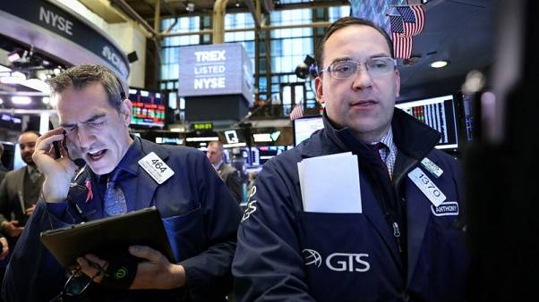 وول ستريت تفتح منخفضة بفعل مخاوف التجارة ونتائج الشركات