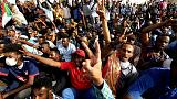 الجيش السوداني يطيح بالبشير والمحتجون يطالبون بحكومة مدنية