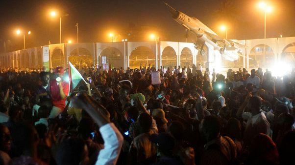 الجيش السوداني ينتشر في الخرطوم مع اتساع نطاق الاحتجاجات ضد البشير