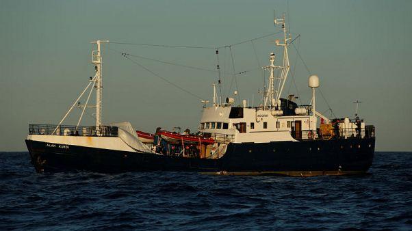 سفينة مهاجرين تناشد أوروبا فتح أحد موانئها بعد 8 أيام في البحر