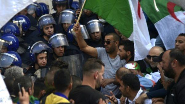 Manifestants et policiers à Alger le 12 avril 2019
