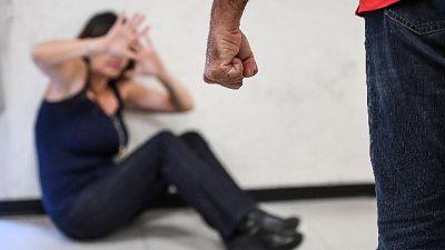 Picchiava moglie davanti figli,arrestato