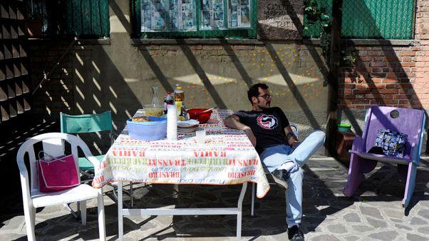 السكان يستولون على منازل خالية بالبندقية احتجاجا على ارتفاع الإيجارات