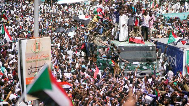 شاهد: مئات الآلاف يحتشدون بالشوارع المحيطة بوزارة الدفاع السودانية