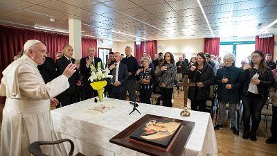 Papa visita a sorpresa malati Alzheimer