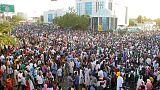 المحتجون السودانيون يطالبون بحكم مدني والمجلس العسكري يقول إنه مستعد للاستجابة