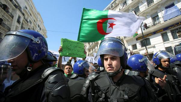الجيش الجزائري يبحث كل الخيارات لحل الأزمة