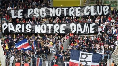 Les supporters du PSG rendent hommage à Notre-Dame avec une banderole