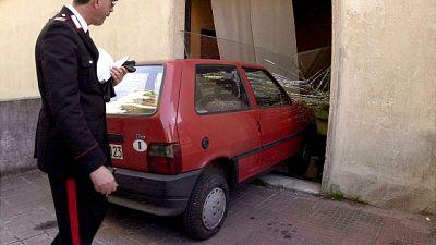 Perde controllo auto e sfonda vetrina