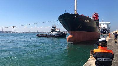 La Efe Murat lascia il porto di Bari