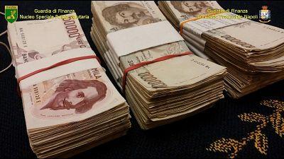 40mila euro in forno,fidanzata li brucia