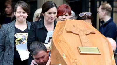 """Journaliste tuée en Irlande du Nord: l'appel pour """"construire la paix"""" à ses funérailles"""