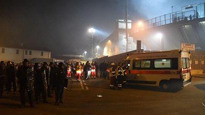 Incidenti a Bergamo, 12 agenti feriti