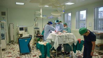 Soigner le patient anglais ou rentrer, dilemme des médecins roumains