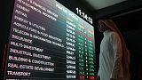 بورصة أبوظبي تتراجع تحت ضغط البنوك والسعودية ترتفع بدعم شركات الأسمنت