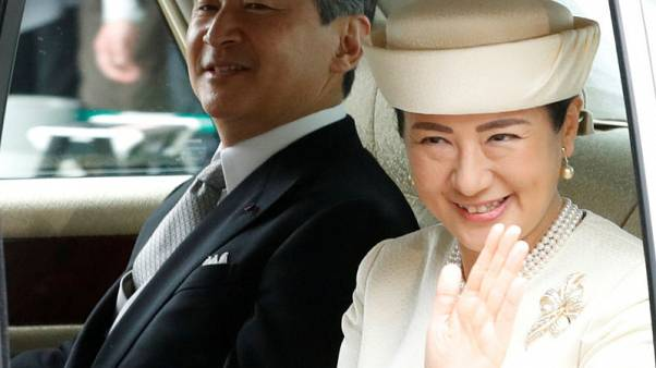 """الإمبراطور ناروهيتو يستشعر """"جلال الموقف"""" وهو يعتلي عرش اليابان"""