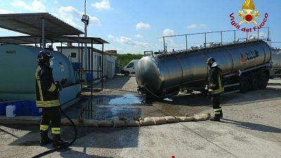 Camion cede con 30 tonnellate metanolo