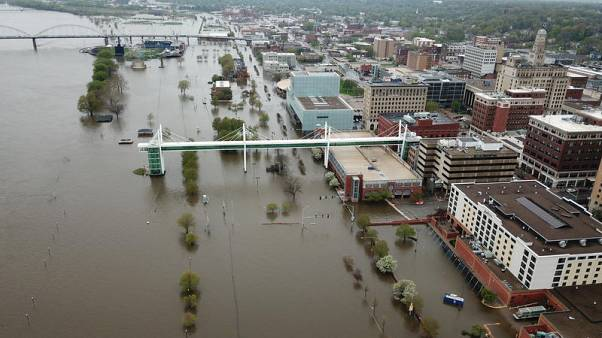 أمطار غزيرة تهدد بفيضان الأنهار في وسط الولايات المتحدة