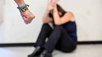Abusi su minorenne, tre arresti