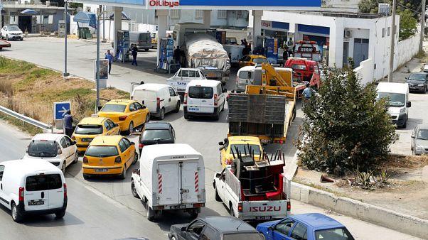 رئيس وزراء تونس يكلف الجيش بنقل الوقود وسط إضراب عمالي