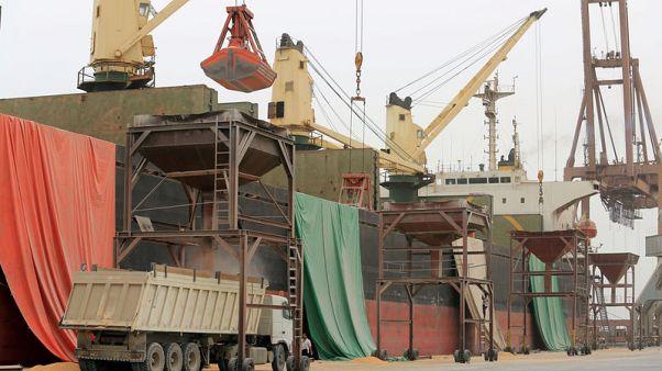 الأمم المتحدة تسعى لإنقاذ الحبوب من التعفن بعد دخول مخازن الحديدة