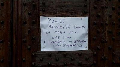 Cadono calcinacci, chiuso Duomo Vigevano