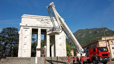 Schützen, via Monumento che perde pezzi