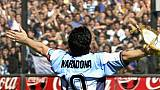 Diego Maradona salue le public, en 2001, à Buenos Aires