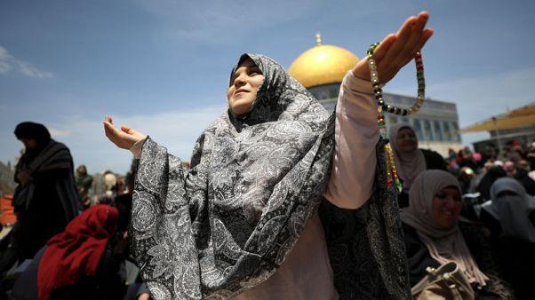 عشرات الآلاف يؤدون صلاة الجمعة الأولى من رمضان في المسجد الأقصى