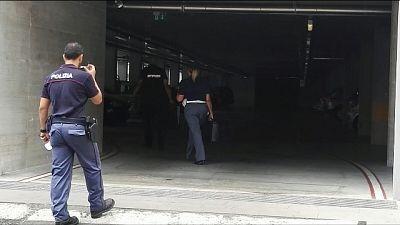17enne spara da terrazzo,ferito passante