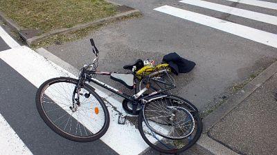 Auto travolge ciclista e fugge
