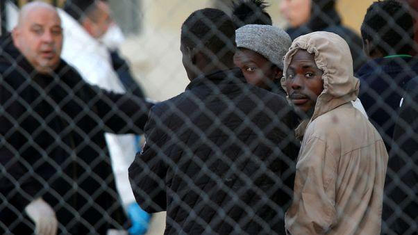 مالطا تنقذ 85 مهاجرا بعد غرق زورقهم
