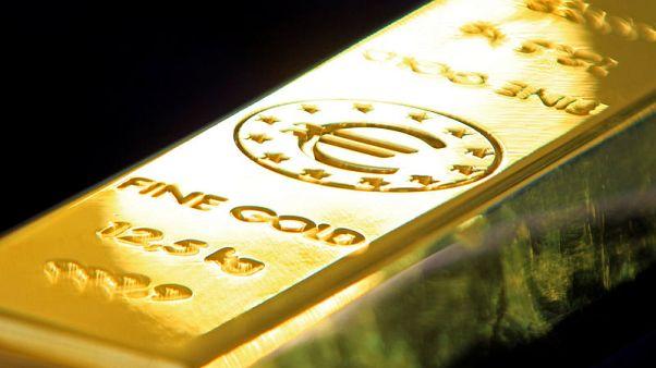 الذهب ينزل من ذروة شهر مع ارتفاع الدولار والأسهم وسط تفاؤل بالتجارة