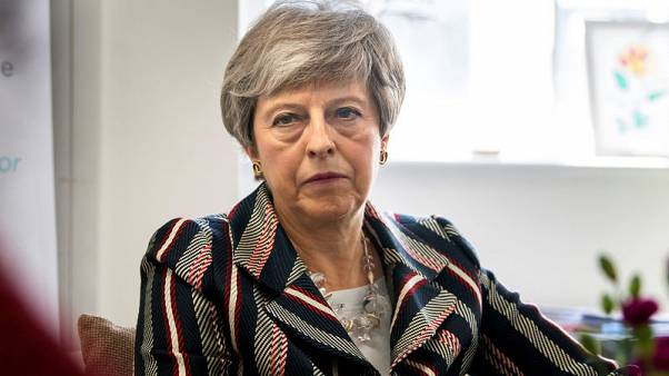 رئيسة وزراء بريطانيا تواجه ضغوطا للتخلي عن محادثات الخروج مع حزب العمال
