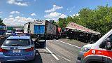 Scontro mezzi pesanti su A13, due feriti