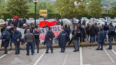 Salvini a Napoli, cariche della Polizia