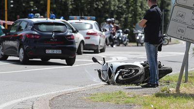 Insegue ladro in scooter, cade e muore