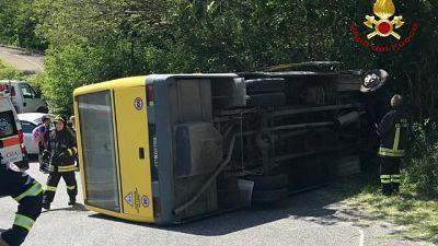 Si rovescia scuolabus, feriti 7 studenti