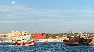 Sea Watch ancora al largo di Lampedusa