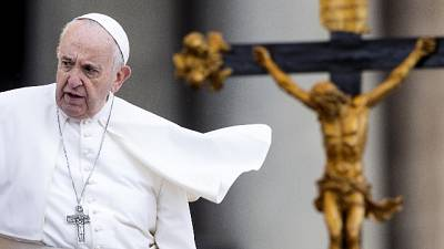 Papa, violenza su web distrugge persone